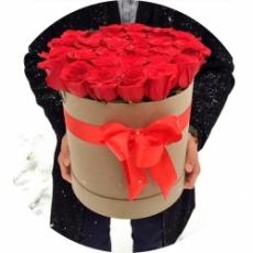 алые розы в коробке