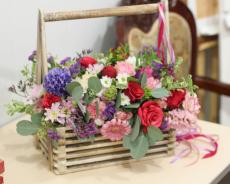 Цветочный букет в деревянной коробке