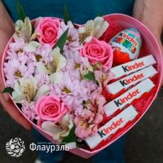 Коробка в форме сердца с цветами и конфетами