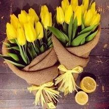 Упаковка цветов в мешковину