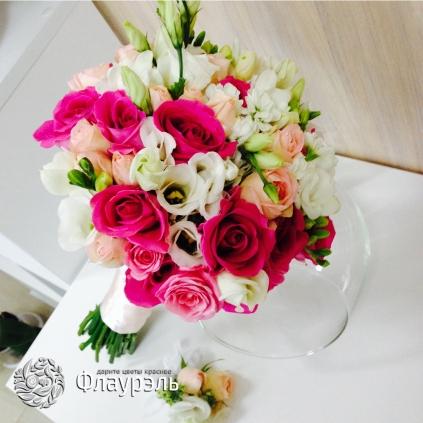 Svadebniy buket s rozami malinovogo cveta