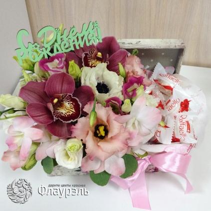 Korobka konfet i cvetov