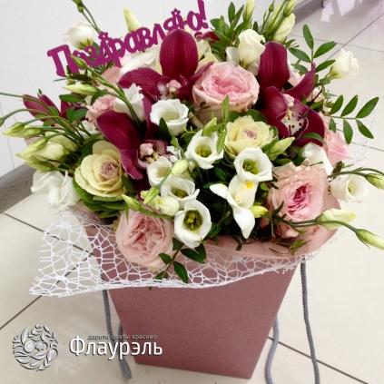 buket s orhideyami i rozami ohara v sumochke